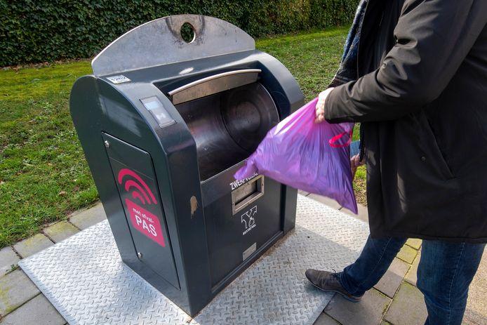 Binnenkort kunnen er alleen nog 30-liter zakken in de Arnhemse afvalcontainers.