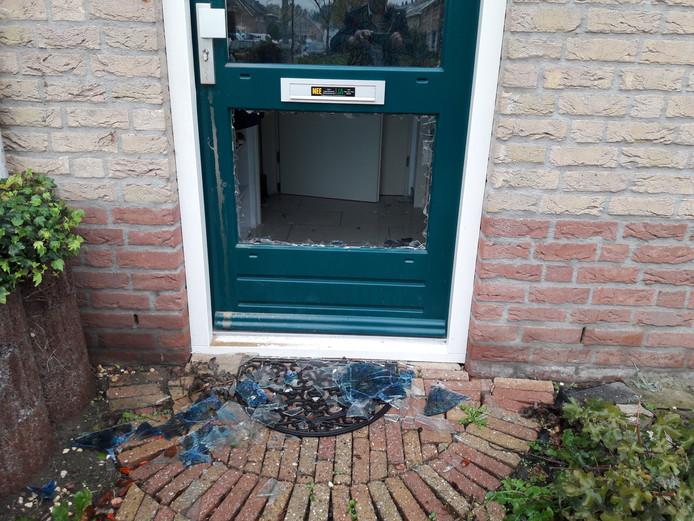 De politie tikte een ruit van de voordeur in om binnen te kunnen komen.