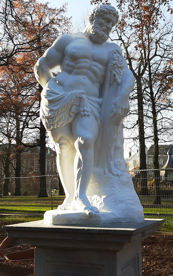 Het beeld Hercules is weer terug in het Valkenberg in Breda