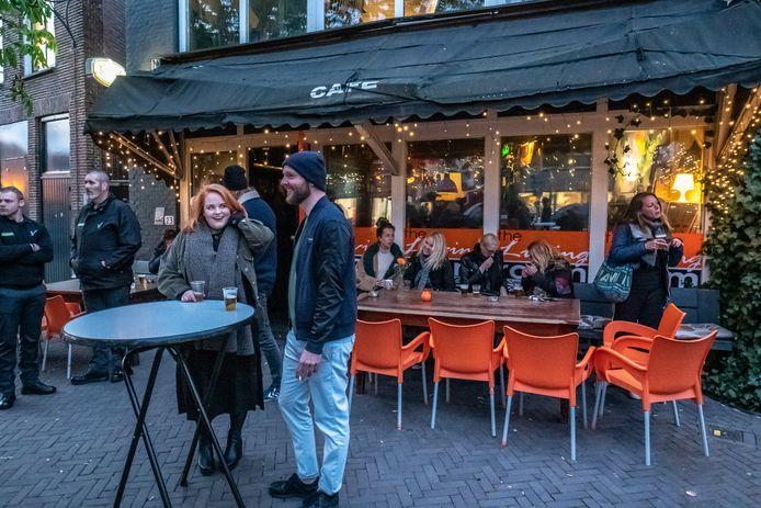 Artiesten voerden in april actie tegen het verbod op livemuziek in café The Livingroom. De kroeg is nu verkocht.