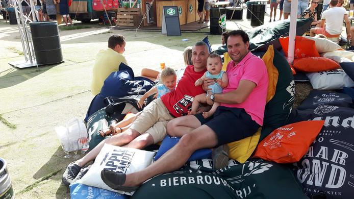 Maurice (rechts) met vriend Dino en de negen maanden oude Maurits (en Eline).