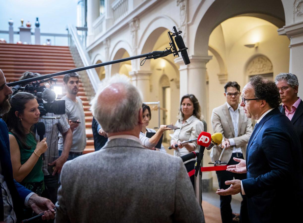 Minister Wouter Koolmees van Sociale Zaken en Werkgelegenheid staat de pers te woord over het besluit van vakbond FNV om de beslissing over het pensioenakkoord uit te stellen.