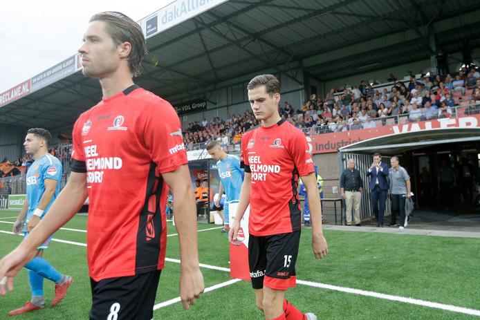 Sander Vereijken loopt het veld op voor zijn eerste duel in het betaalde voetbal.