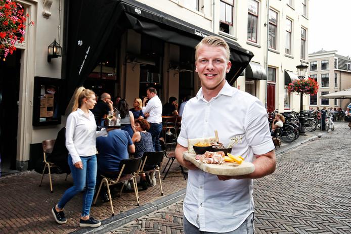 Restaurant Jonkheer de Ram op het Wed in Utrecht. Actiegroep Binnenstad 030 vindt dat er paal en perk moet worden gesteld aan de uitbreiding van de horeca in het centrum van Utrecht.