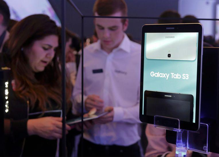 Bezoekers bezoeken de Samsung stand en op het jaarlijkse Mobile World Congress. Samsung durft de nieuwe modellen smartphone nog niet aan te wereld te tonen, met het debacle van het vorige model in het achterhoofd. Beeld REUTERS