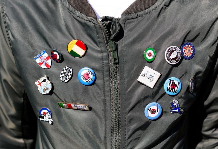 Mod badges op jack tijdens de Brighton Mod Weekender. Beeld Getty Images
