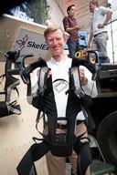 Jaap Hoogland demonstreert de SkelEx, een lichaamsondersteunend harnas dat zwaar werk licht maakt.