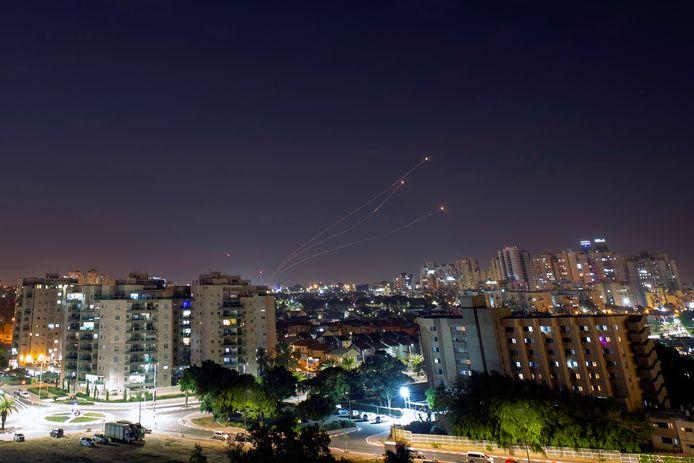 Le système antimissile tire des missiles d'interception alors que des roquettes sont lancées de Gaza vers Israël, comme on peut le voir depuis la ville d'Ashkelon en Israël le 14 novembre.