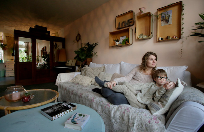 Claire, met haar zoon: ,,Straks wordt het wel klein. Misschien dat we dan moeten verhuizen.''