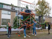 Sinterklaas heeft amper voet aan wal gezet of deze straat is al helemaal in kerstsfeer