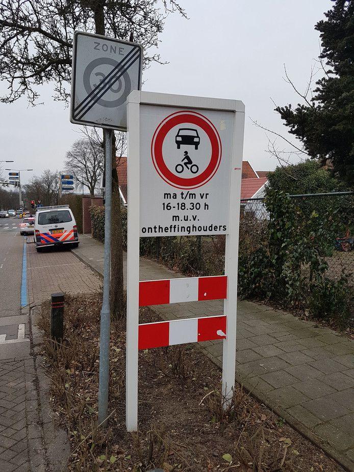 De politie controleert de afsluiting van de Spoorbaanwegin Rhenen.