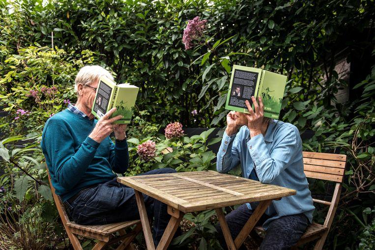 Ronald Schreuder & Marlies Pierrot  met het boek van Merijn de Boer.  Beeld Eva Faché