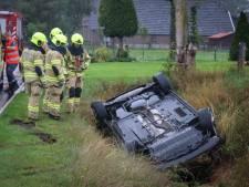 Auto belandt op de kop in de sloot in Barneveld, bestuurder komt met de schrik vrij
