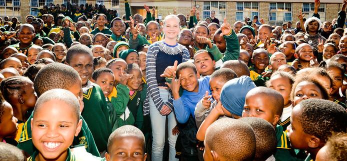 Amira Willighagen bij de opening van de vierde speeltuin in de stad Potchefstroom in Zuid-Afrika, waar ze binnenkort naartoe verhuist.