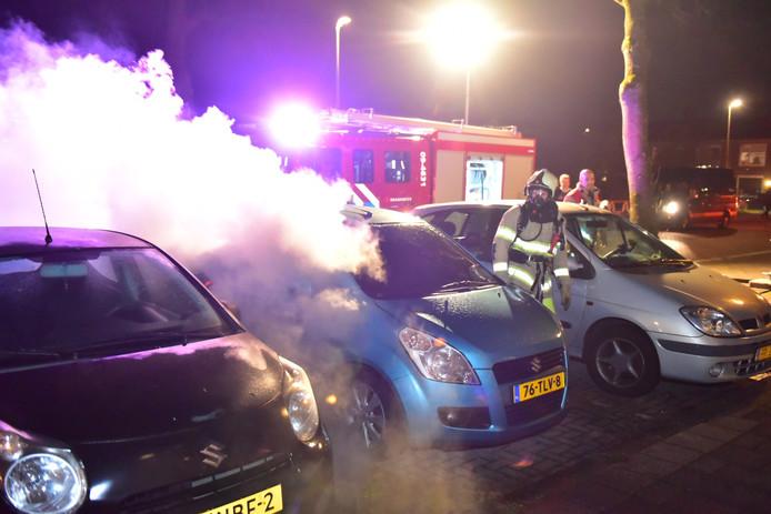 Een auto brandt uit op Detmoldstraat in Utrecht.