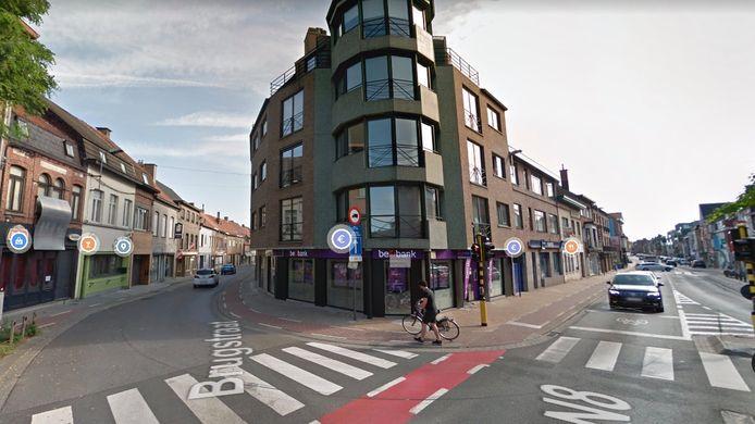 Aan de zijgevel van de Beobank, op de hoek van de Kortrijkstraat met de Brugstraat in Wevelgem, werden vrijdagavond laat drie gesloten fietsen gestolen.