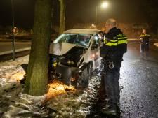 Man crasht tegen boom en gaat ervandoor in Eemnes