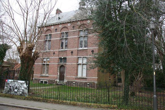 Door de buitengevel van de vroegere pastorij te restaureren blijft het dorpsgezicht, langs de kant van de Prinshoeveweg gevrijwaard.