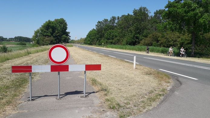 Afgesloten fietspad tussen Terneuzen en Sluiskil, waardoor fietsers aan de oostkant van de hoofdweg in twee richtingen moeten rijden.