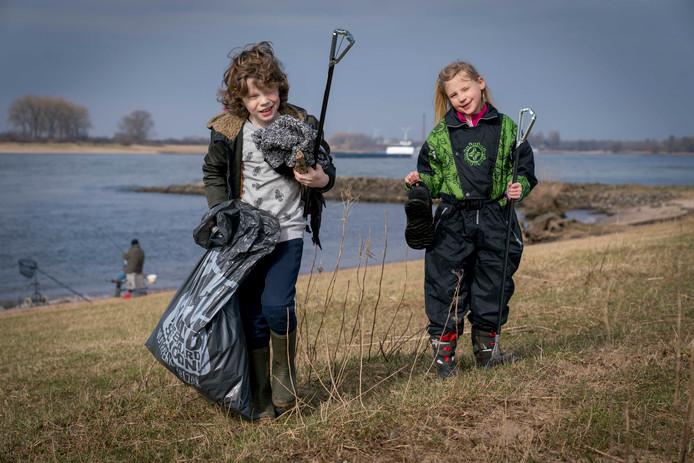 Max Vermeulen (9) en Ziva Mom (8) ruimen afval op in de uiterwaarden rond de oude steenfabriek bij Haalderen.