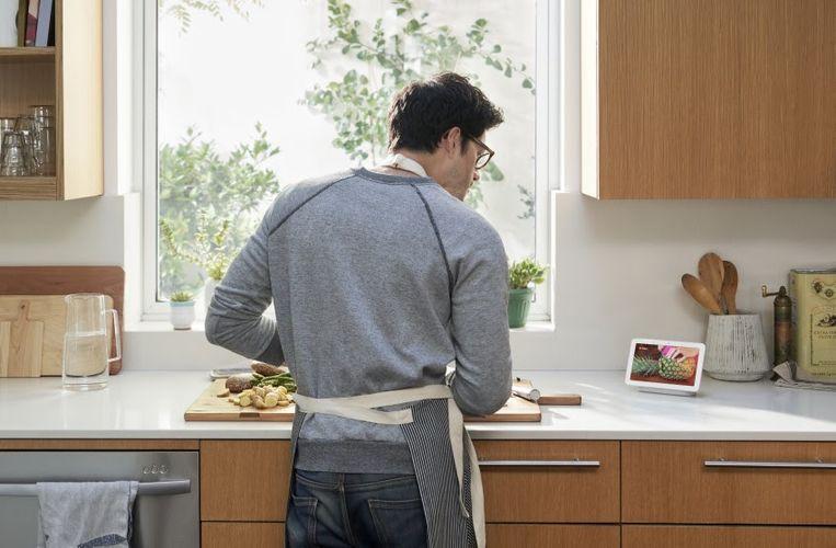 De Google Nest Hub kan gebruikt worden als handenvrije hulp in de keuken.
