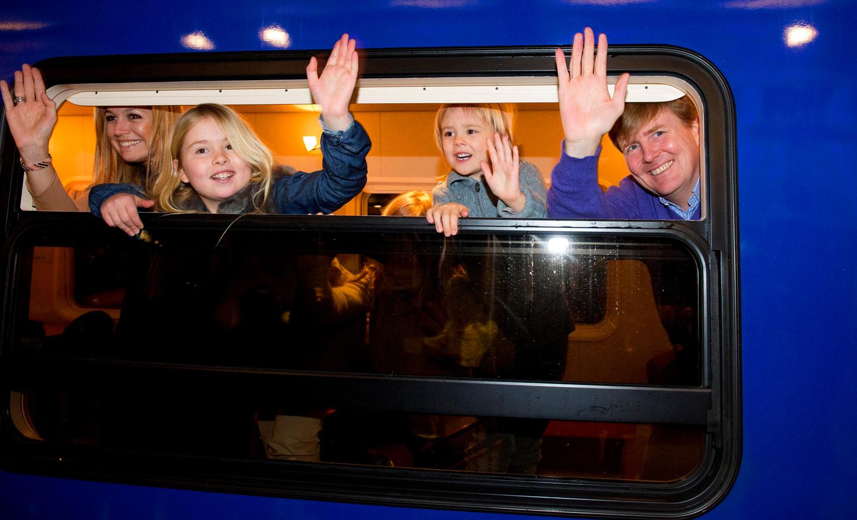 Prins Willem-Alexander, prinses Maxima en hun dochters (VLNR) Amalia, Alexia en Ariane stappen op Amsterdam Centraal Station in de koninklijke trein richting Lech, waar zij de komende week hun jaarlijkse skivakantie gaan houden.