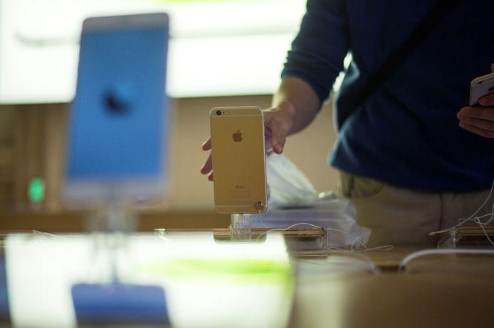 Een klant pakt een iPhone 6 in een Applewinkel in Parijs op de dag van de lancering op 24 november 2014.
