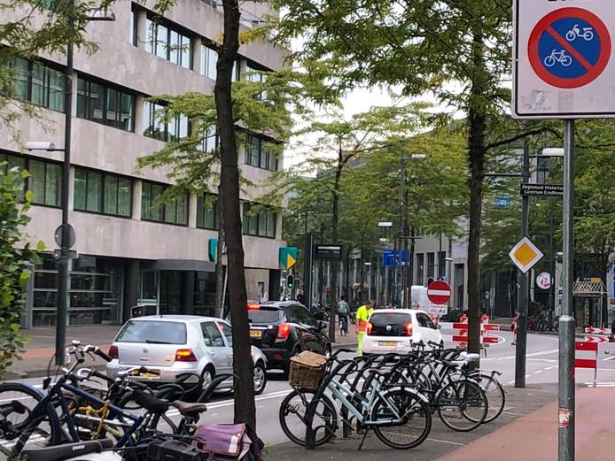 De echte afsluiting van de Vestdijk in E indhoven staat na de Raiffeisenstraat. Daar rijden veel automobilisten die zo lang mogelijk rechtdoor rijden zich dan ook 'vast'. Daarna draaien ze of rijden de Raiffeisenstraat in.