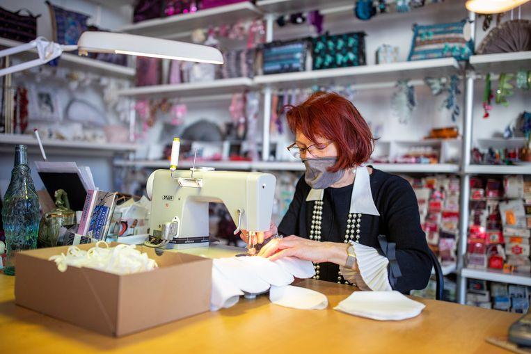 De Berlijnse modeontwerper Pia Fischer besloot in plaats van kleren coronamondkapjes te gaan maken Beeld Getty Images