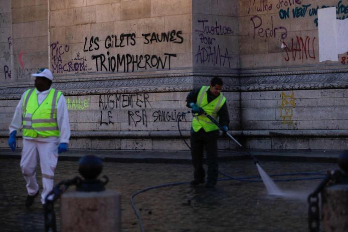 Ook de straat rond de Arc de Triomphe wordt grondig gereinigd.
