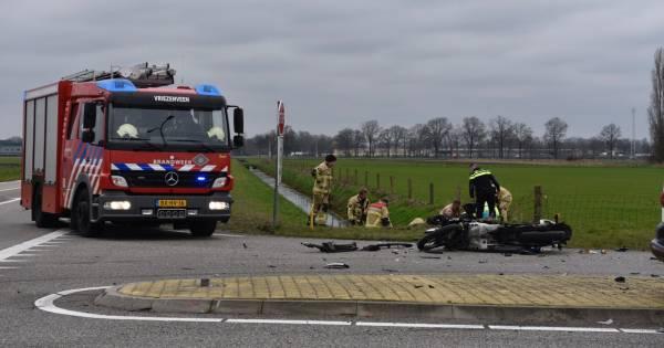 Motorrijdster belandt in sloot na aanrijding met bestelbus in Vriezenveen.