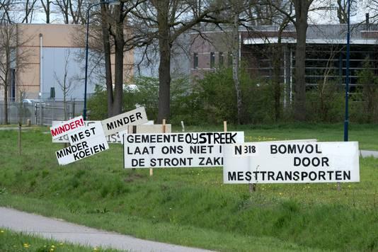 De gemeente Oude IJsselstreek liet deze protestborden tegen de mestvergister op Hofskamp Oost in Varsseveld mei vorig jaar verwijderen.