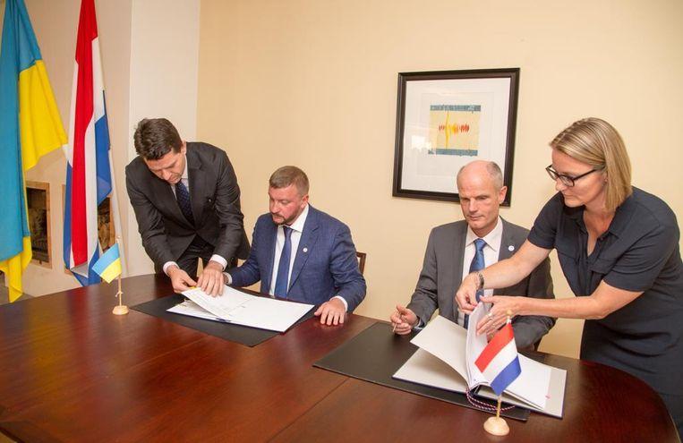 Michael Pistecky (links) bij de ondertekening van het verdrag.  Beeld Ministerie van Buitenlandse Zaken