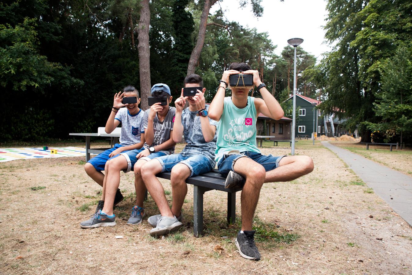 Ook Cinekid op het azc: kinderen maken hun eigen virtual reality-bril.