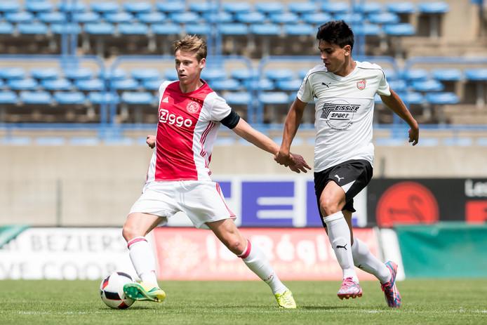 Frenkie de Jong in het shirt van Ajax. De middenvelder werd volgens de officiele documenten voor een euro overgenomen van Willem II.
