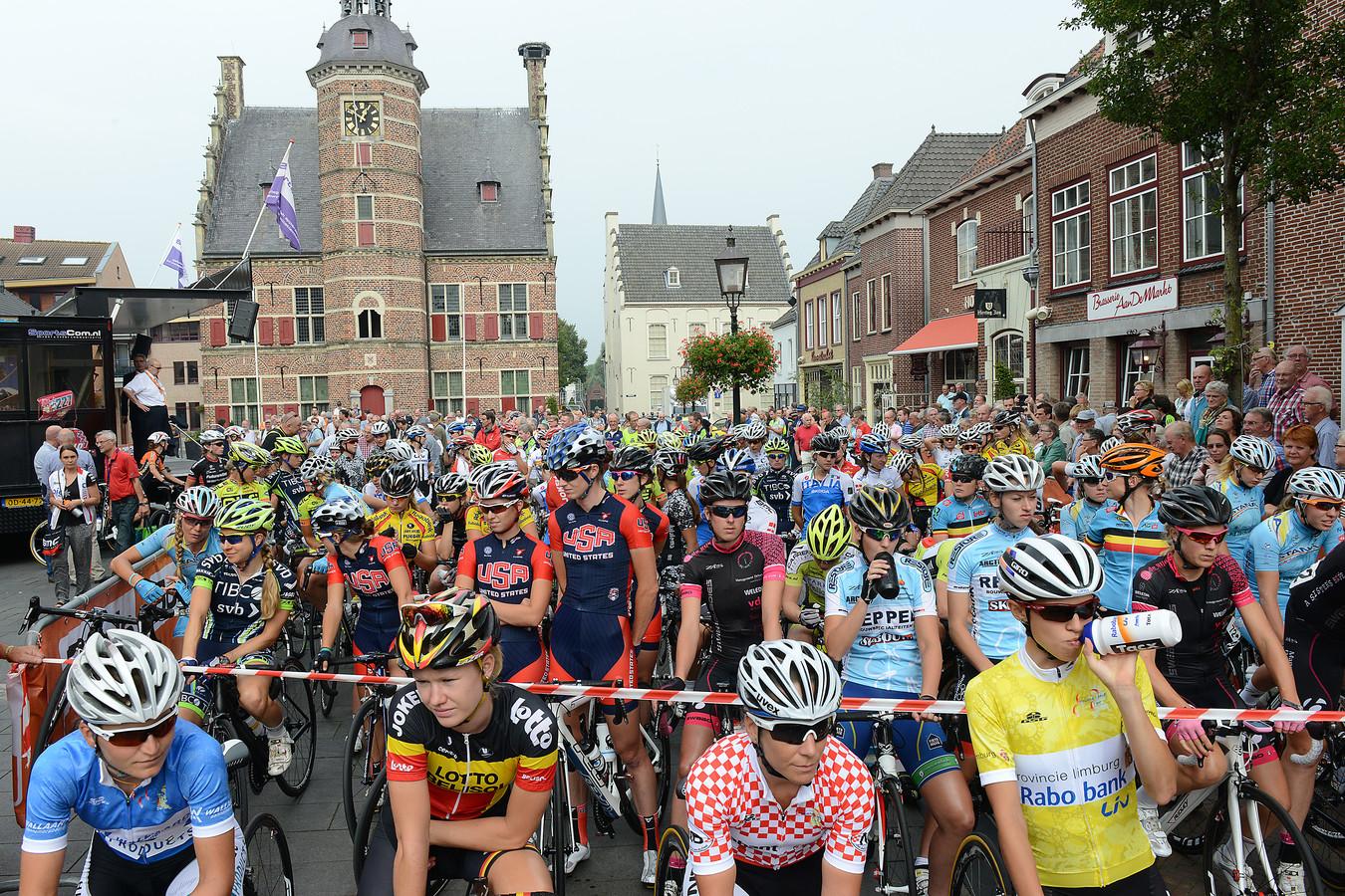 De deelneemsters van de Ladies Tour bij de start van de vierde etappe in Gennep in 2017.