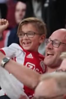 Vader Aart en zoontje Dex uit Apeldoorn mogen 10 jaar lang gratis naar Ajax
