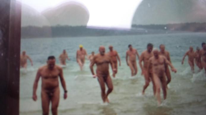 De nieuwjaarsduik voor naturisten in de Galderse Meren.