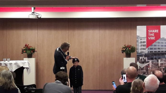 Burgemeester Jorritsma met Daan Kluijtmans, een van de zeven kinderen die maandag een jeugdlintje kregen in Eindhoven. De uitreiking was in het hotel Holiday Inn.