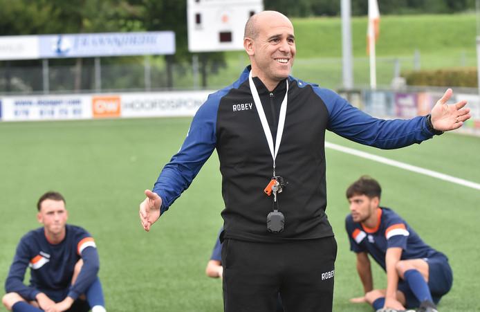 Nieuwe trainer Faysal Kadi Wahabi heeft het naar zijn zin tijdens een van de eerste trainingen van de Dordtse zaterdag-eersteklasser Oranje Wit.