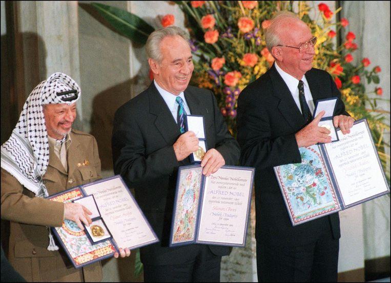 Shimon Peres (midden), Yassar Arafat (links) en Yitzhak Rabin ontvangen de Nobelprijs voor de Vrede op 10 december 1994. Beeld afp