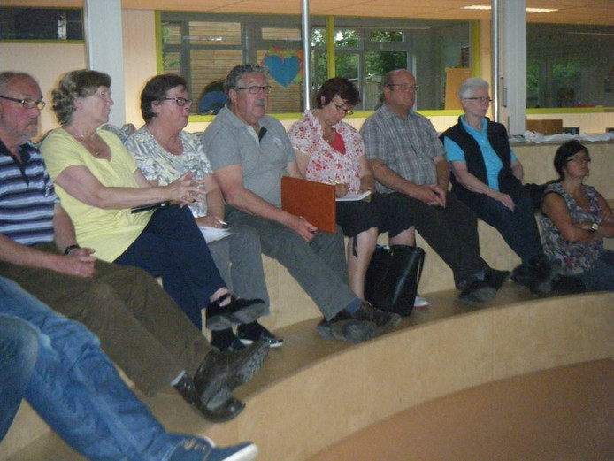 Aandachtig luisteren buurtbewoners tijdens de bijeenkomst over het Schijndelse dierenpark.
