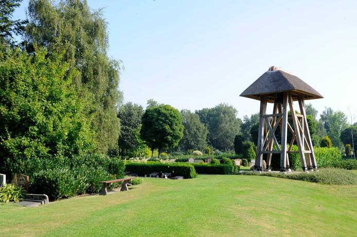 Begraafplaats Dennenhof, gelegen tussen Den Ham en Vroomshoop, ligt er goed onderhouden bij. Dat onderhoud voert Twenterand grotendeels zelf uit. De gemeente is daarmee goedkoper dan marktpartijen.