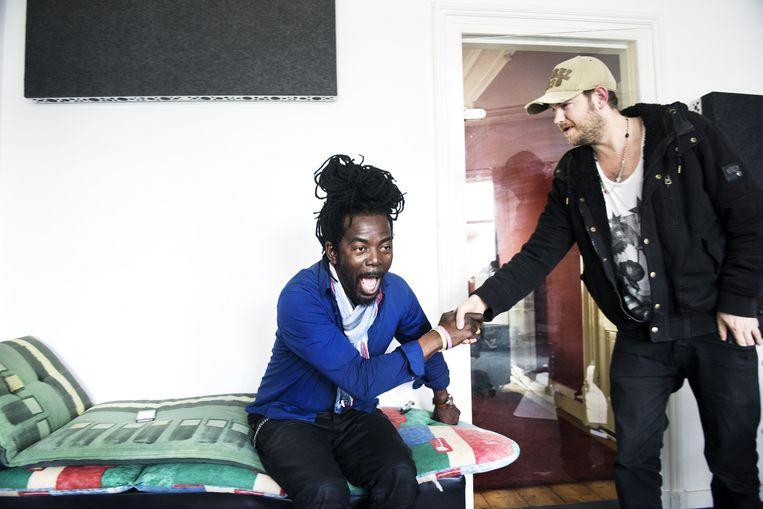Kenny B en producer Joost Jellema zijn in de Arnhemse studio euforisch als ze horen dat Parijs op nummer één staat. Beeld Sanne De Wilde