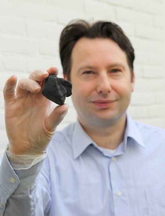 Marco Langbroek met de meteoriet van Diepenveen, die in 1873 werd gevonden