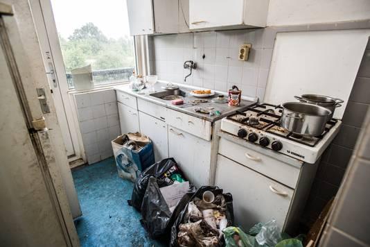 Het is een bende in de flat. Jackie Kasteel leeft in een klein  kamertje waar een bed en een bank staan.