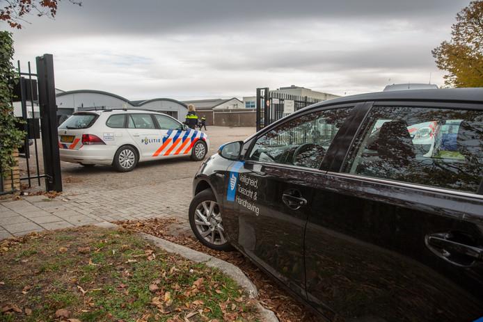 Beeld van de integrale handhavingsactie tegen ondermijnende criminaliteit op bedrijventerrein Majoppeveld in Roosendaal. Hier wordt een loods aan de Schotsbossenstraat onderzocht.