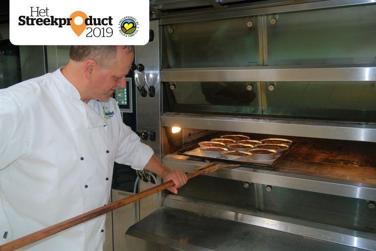 Peter Hemelsoet steekt de Oostakkerse Vlaaien in de oven.