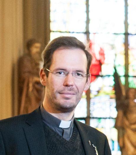 Bisdom bevestigt, maar hoofdrolspeler zelf weet van niets: omstreden kapelaan Jeroen Beekman vertrekt uit Berghem