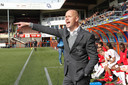 Trainer Erik ten Hag wijst zijn ploeg de weg in het promotieduel met FC Volendam.